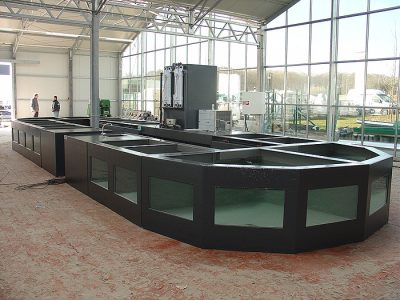 Opstelling polyester vijvervisbewaarsysteem bij nieuwbouw tuincentrum